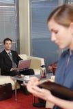 Homme et femme d'affaires dans la partie de bureau Photos stock