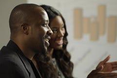 Homme et femme d'affaires de deux Afros-américains lors d'une réunion Photos stock