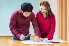 Homme et femme d'affaires de deux exécutifs regardant leur architectu images libres de droits