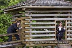 Homme et femme d'affaires jouant dans le fort Photo stock