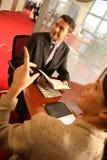 Homme et femme d'affaires parlant dans le bureau images libres de droits
