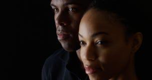 Homme et femme d'afro-américain sur le fond noir Photos stock