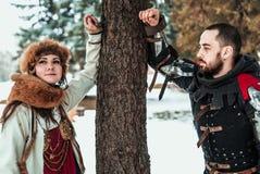Homme et femme dans des costumes historiques près d'un arbre photos libres de droits