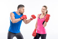 Homme et femme dans des gants de boxe image stock