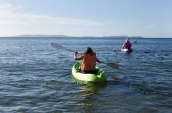 Homme et femme dans des kayaks images stock