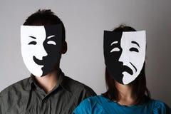 Homme et femme dans des masques d'émotions de théâtre Photo libre de droits