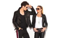 Homme et femme dans des vestes en cuir regardant l'un l'autre Photo libre de droits