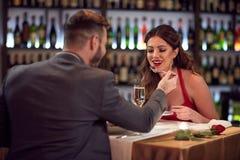 Homme et femme dans l'amour au dîner Images libres de droits
