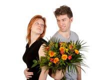 Homme et femme dans l'amour avec un groupe de fleurs Photo stock
