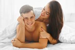 Homme et femme dans l'amour dans le lit Image libre de droits