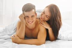 Homme et femme dans l'amour dans le lit Photo stock