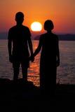 Homme et femme dans l'amour Silhouette des couples Images stock
