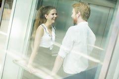 Homme et femme dans l'ascenseur image stock