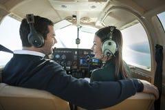 Homme et femme dans l'avion privé images stock