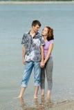 Homme et femme dans l'eau de mer images stock