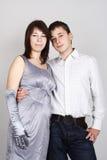 Homme et femme dans l'embrassement argenté de robe et de gants Image stock