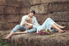 Homme et femme dans le grenier à foin Photos stock