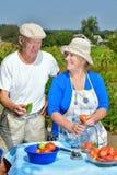 Homme et femme dans le jardin Photos stock