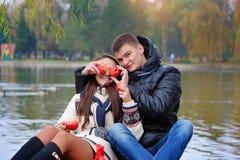 Homme et femme dans le jardin avec des pommes Images stock