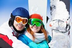 Homme et femme dans le sourire de masque de ski Image libre de droits
