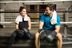 Homme et femme dans un gymnase de boxe Photographie stock