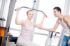 Homme et femme de gymnastique faisant l'exercice Image stock