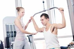 Homme et femme de gymnastique faisant l'exercice Images stock