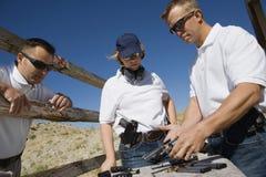 Homme et femme de Loading Gun For d'instructeur Photo libre de droits