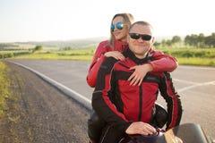 Homme et femme de motard s'asseyant sur une moto Image libre de droits