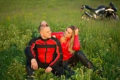 Homme et femme de motard s'asseyant sur une moto Photos stock