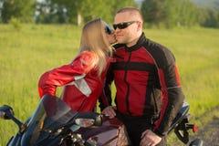 Homme et femme de motard s'asseyant sur une moto Photo libre de droits