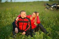 Homme et femme de motard s'asseyant sur une moto Photos libres de droits