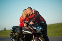 Homme et femme de motard s'asseyant sur une moto Images stock