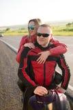 Homme et femme de motard s'asseyant sur une moto Images libres de droits