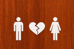 Homme et femme de papier avec le coeur brisé Image conceptuelle abstraite Photos stock
