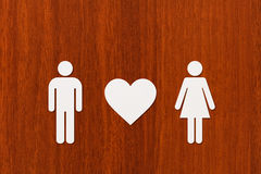 Homme et femme de papier avec le coeur Image conceptuelle abstraite Photo libre de droits