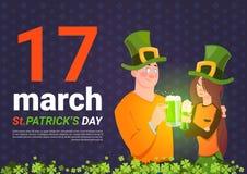 Homme et femme de Patrick Day Template Background With de saint dans des chapeaux verts tenant le verre de bière Illustration Libre de Droits