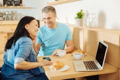 Homme et femme de sourire écoutant la musique Photos stock