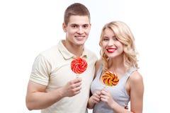 Homme et femme de sourire avec des sucreries Images libres de droits