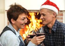 Homme et femme de sourire avec des verres de vin Image stock