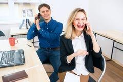 Homme et femme de sourire travaillant au bureau photo stock