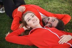 Homme et femme de sport se reposant en parc Photos stock