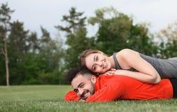 Homme et femme de sport se reposant en parc Photo stock
