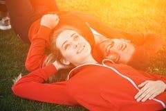 Homme et femme de sport se reposant en parc Photos libres de droits