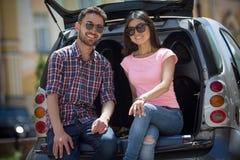 Homme et femme de touristes heureux dans la voiture Photos libres de droits