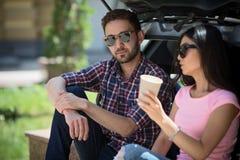 Homme et femme de touristes heureux dans la voiture Image libre de droits