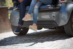 Homme et femme de touristes heureux dans la voiture Image stock