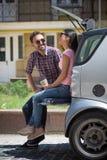 Homme et femme de touristes heureux dans la voiture Photographie stock