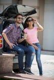 Homme et femme de touristes heureux dans la voiture Photos stock