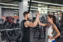 Homme et femme donnant haut cinq photos stock